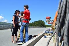 Menina da ligação em ponte do tirante com mola que prepara-se para um salto Fotografia de Stock Royalty Free