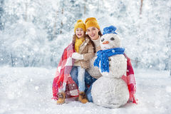 A menina da mãe e da criança em um inverno anda Imagem de Stock Royalty Free