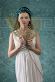 Menina da mola com coroa floral Imagens de Stock