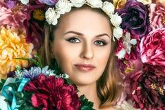 Menina da mola com fim bonito do fundo da flor da cara acima Imagem de Stock Royalty Free