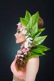Menina da mola da beleza com cabelo das flores Mulher modelo bonita com as flores em sua cabeça A natureza do penteado verão Imagens de Stock