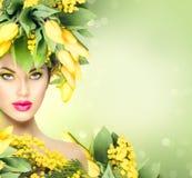 Menina da mola da beleza com penteado das flores Fotografia de Stock Royalty Free