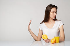 Menina da mulher com laranjas dos frutos Imagem de Stock Royalty Free