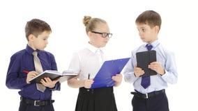 A menina da mulher de negócios dá ordens a seus meninos subordinados, fundo branco filme