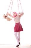 A menina da mulher estilizou como o fantoche do marionete na corda Imagem de Stock