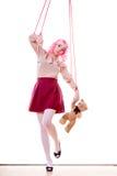 A menina da mulher estilizou como o fantoche do marionete na corda Fotos de Stock Royalty Free