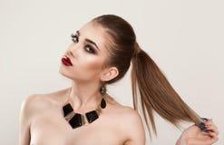 A menina da mulher guarda seu cabelo, quer mostrar sua cor do cabelo do marrom do penteado fotografia de stock royalty free