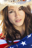 Menina da mulher na bandeira americana e vaqueiro Hat Fotos de Stock