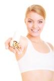 Menina da mulher que guarda comprimidos das vitaminas Cuidados médicos Imagens de Stock