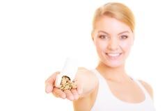 Menina da mulher que guarda comprimidos das vitaminas Cuidados médicos Fotografia de Stock