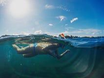 97f559ba9 Menina da natação no litoral tropical ensolarado Nadada da mulher no mar  azul Mergulhando a menina