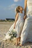 Menina da noiva e de flor na praia foto de stock royalty free