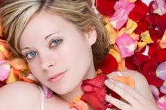 Menina da pétala da flor fotografia de stock royalty free