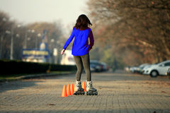 Menina da patinagem de rolo Fotos de Stock Royalty Free