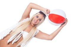 Menina da praia com bola palkstic Fotos de Stock Royalty Free