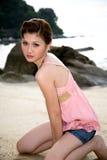 Menina da praia nas calças de brim Imagem de Stock