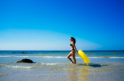 Menina da praia que anda ao longo do litoral em Tarifa Imagem de Stock