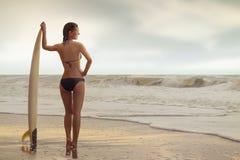 Menina da ressaca na praia Imagens de Stock Royalty Free