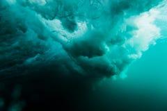 Menina da ressaca na prancha Mulher no oceano durante surfar Surfista e oceano fotos de stock