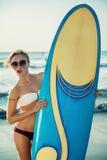 Menina da ressaca que olha para fora no oceano azul Fotos de Stock Royalty Free