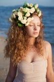 Menina da sensualidade em uma coroa da flor fotografia de stock