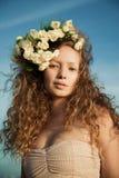 Menina da sensualidade em uma coroa da flor foto de stock