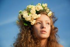 Menina da sensualidade em uma coroa da flor fotografia de stock royalty free