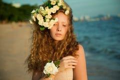 Menina da sensualidade em uma coroa da flor fotos de stock royalty free