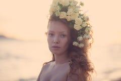 Menina da sensualidade em uma coroa da flor imagens de stock