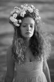 Menina da sensualidade em uma coroa da flor imagens de stock royalty free