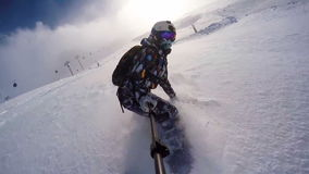 Menina da snowboarding no pó nos cumes que vestem o capacete vídeos de arquivo