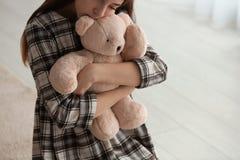 Menina da virada com brinquedo dentro, close up fotografia de stock royalty free