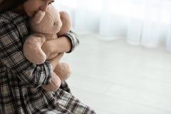 Menina da virada com brinquedo dentro Espa?o para o texto fotografia de stock royalty free