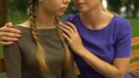 A menina da virada precisa o conselho das mães e o apoio, problemas na escola, tiranizando filme
