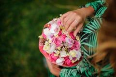 Menina da vista superior que guarda uma caixa de rosas cor-de-rosa e das orquídeas brancas com um núcleo cor-de-rosa imagens de stock royalty free