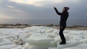 A menina dança belamente perto do golfo durante o período do inverno vídeos de arquivo
