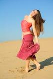 A menina dança na areia Imagem de Stock
