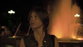 A menina dança perto da fonte na noite - Geórgia video estoque