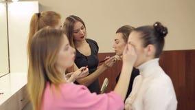 A menina das ajudas do professor faz uma reforma no salão de beleza video estoque