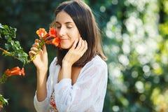 Menina das belas artes com uma flor nas mãos fotos de stock royalty free