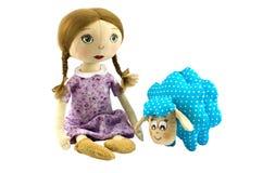 A menina das bonecas de pano com cabelo louro vestiu-se no roxo com cordeiro salpicado Fotos de Stock