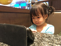 Menina das crianças com telefone celular Fotos de Stock