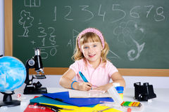 Menina das crianças na escola com microscópio fotos de stock