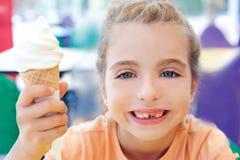 Menina das crianças feliz com gelado do cone Fotografia de Stock