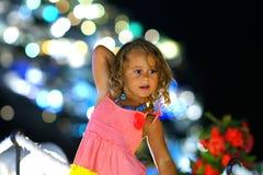 Menina das pessoas de 3-4 anos com um fundo do bokeh em Oia, Santorini, Grécia imagem de stock