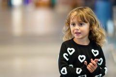Menina das pessoas de 3-4 anos que olha com interesse algo foto de stock royalty free