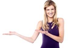 Menina das vendas que promove um produto Imagem de Stock Royalty Free