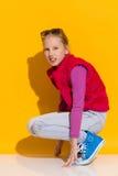 Menina de agachamento Imagens de Stock Royalty Free