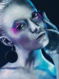 Menina de alumínio com mão perto da cara Fotos de Stock Royalty Free
