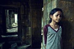 Menina de Angkor Wat. Templo do som de Ta fotos de stock